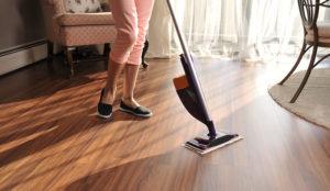 Holzböden reinigen mit einem Spray Mop