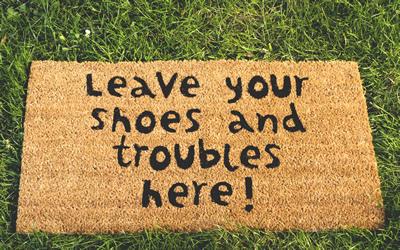 Mit Bodenmatten lackiertes Parkett vor Kratzern schützen.
