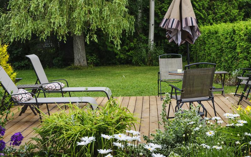 Verwitterte Holzterrassen sanieren - am besten mit einem Terrassenöl.